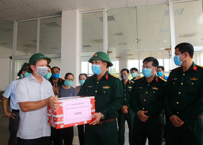 Bí thư Tỉnh ủy Lê Trường Lưu thăm, tặng quà, động viên đội ngũ làm công tác hậu cần tại một số khu cách ly phòng, chống dịch bệnh COVID-19