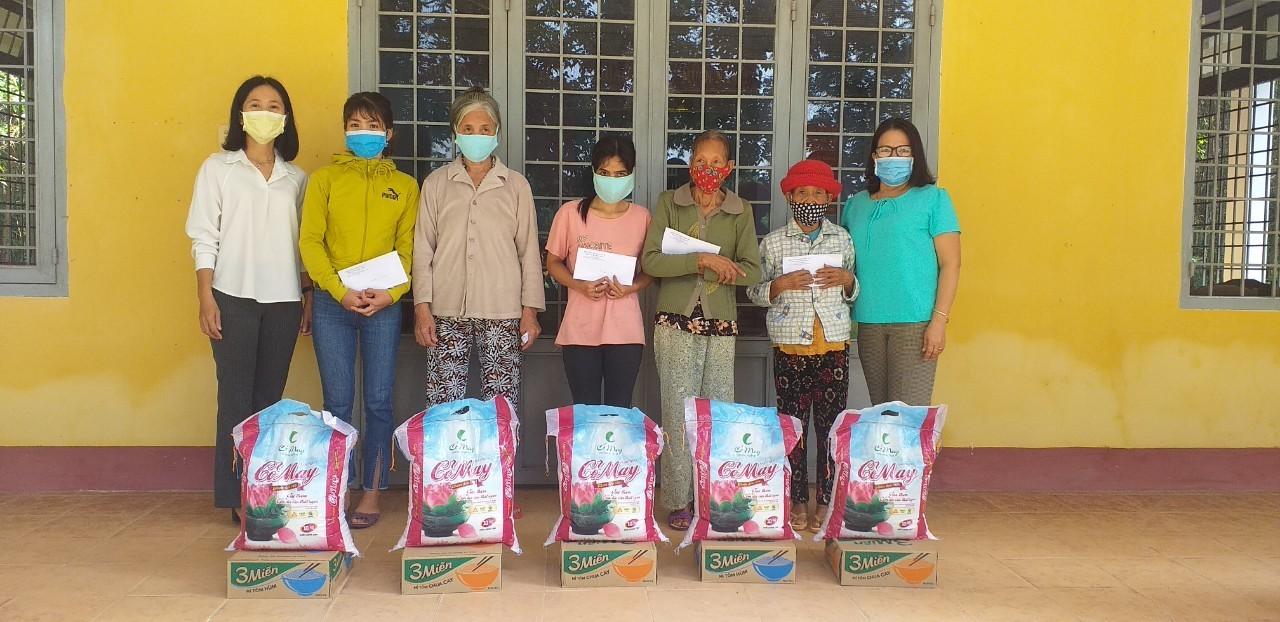 Hội LHPN thị xã trao tặng quà cho hội người mù và hội viên phụ nữ nghèo trên địa bàn thị xã Hương Trà