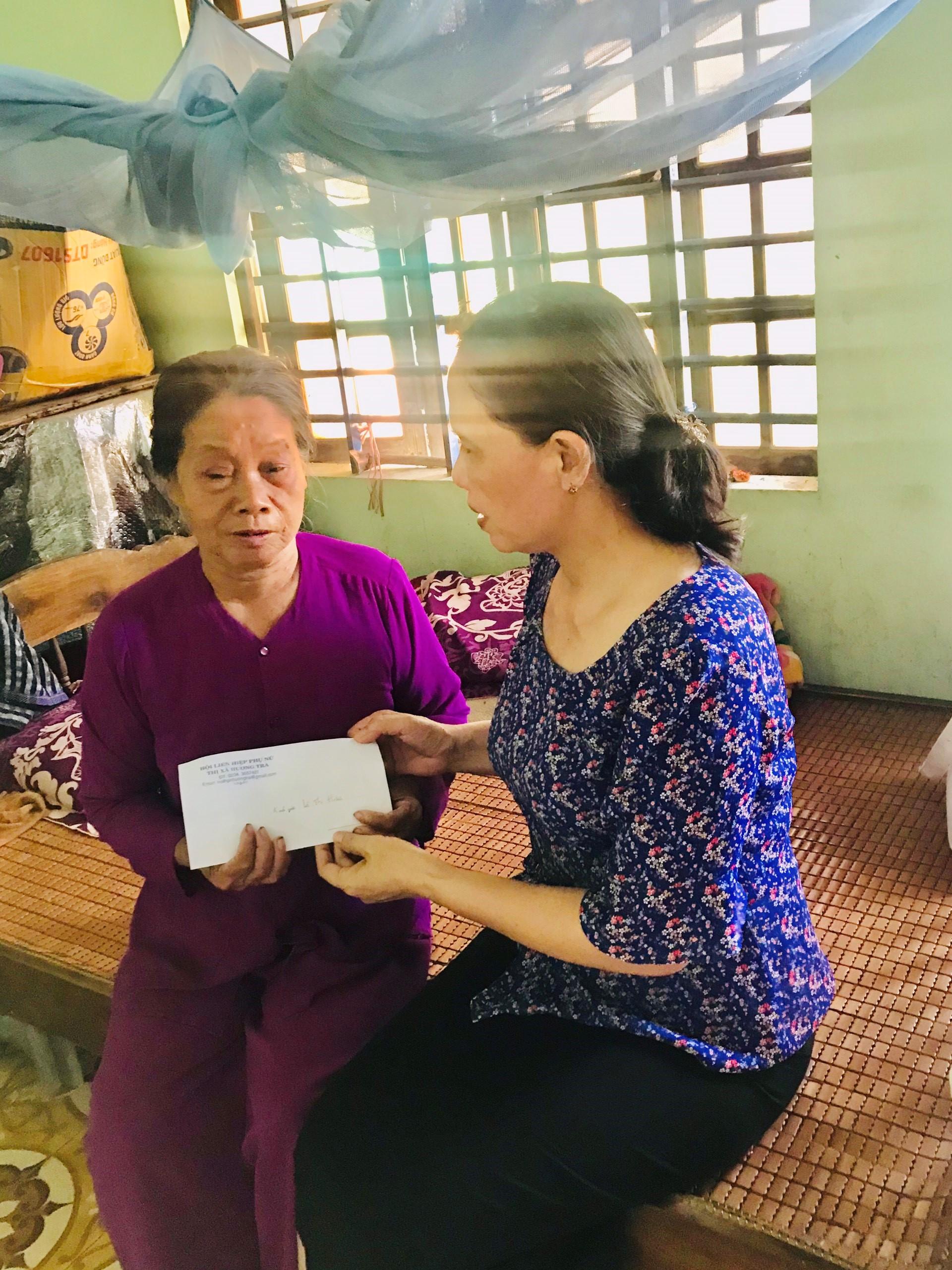 Hội Liên hiệp Phụ nữ thị xã  thăm hỏi và tặng quà các hộ phụ nữ là gia đình chính sách nhân ngày thương binh liệt sĩ 27/7