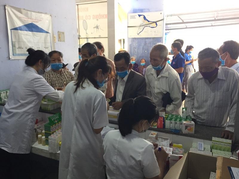 Khám bệnh và cấp thuốc miễn phí cho người dân xã Hương Phong