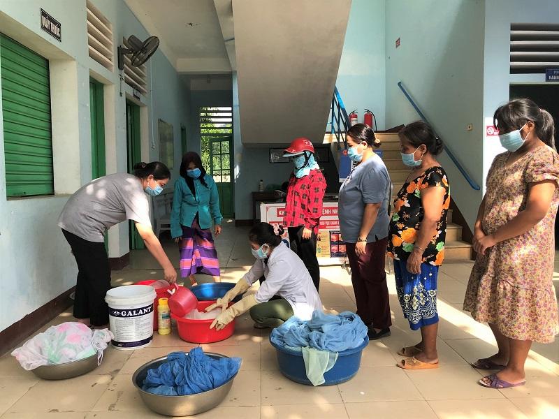 Hơn 1.600  chiếc màn được tẩm hóa chất phòng chống sốt rét cho người dân