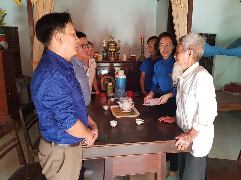 Tổ chức thăm, tặng quà các gia đình liệt sĩ,  thương binh trên địa bàn thị xã Hương Trà